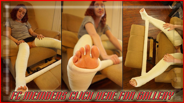 Ellen's DLLC with Spreader - In this first gallery, shot at the beginning of the shoot, Ellen's just warming up for some much hotter pics to come as she sits in a recliner, posing as much as she's able to. (100 Pics)