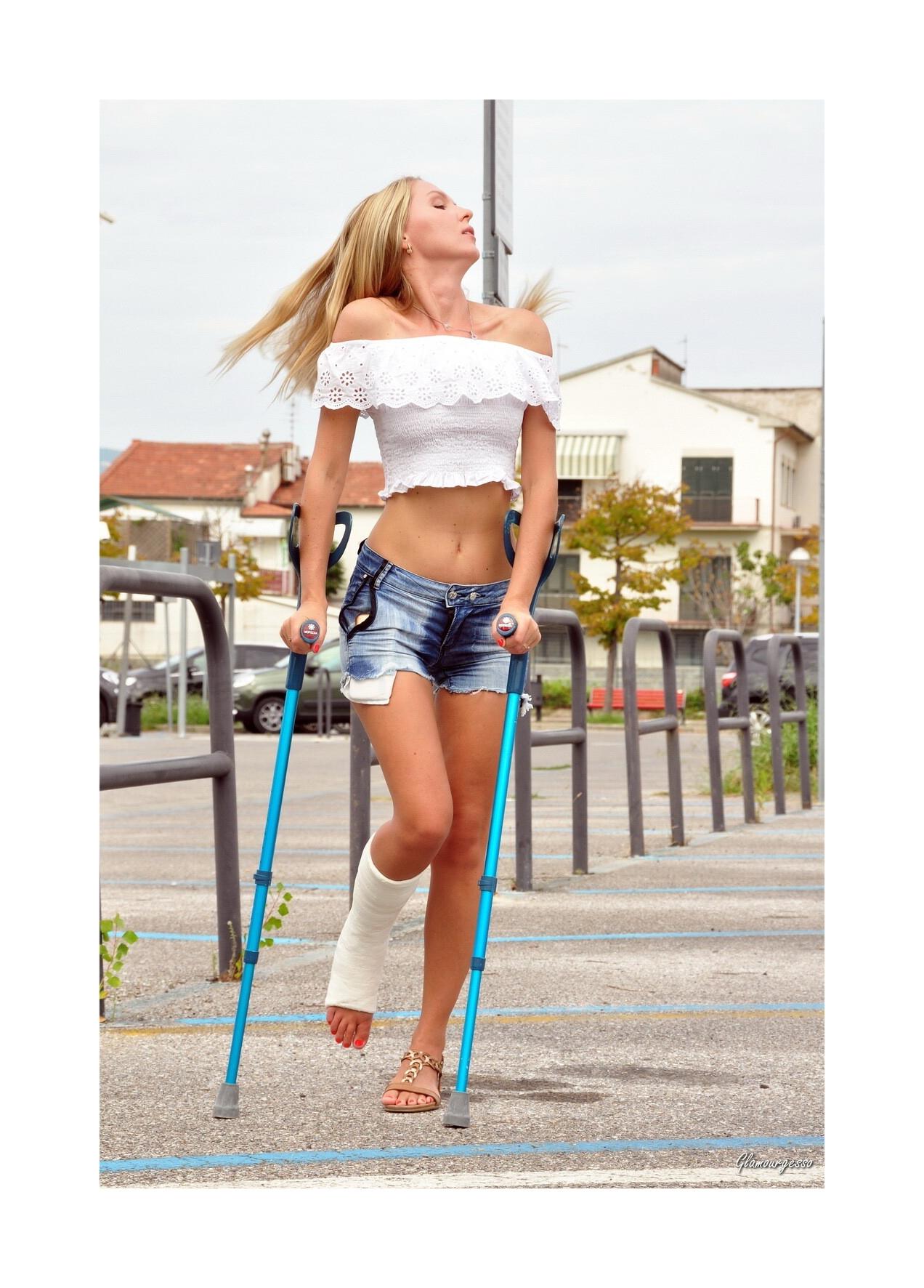 SVITLANA 5-DAYS SLC - Ukrainian professional model Svitlana wears her Long-Term SLC, showing you her attitude on crutches in variuos feminine outfits.
