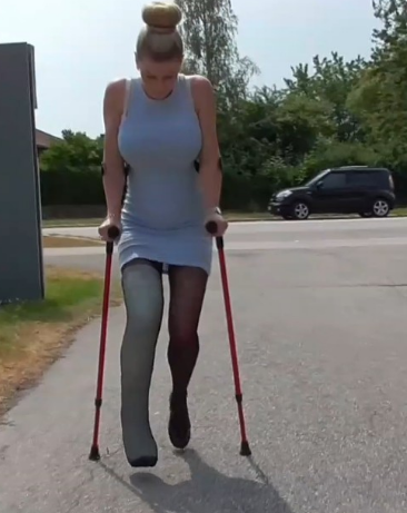 Ice LLC 1-2 - Ice starts crutching again with her big LLC after taking a break. As the pro Ice is she has no problem to crutch around with a high heel on her left leg. Great crutching clip with sexy Ice.