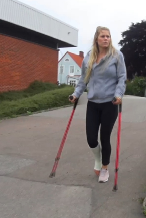 Ice SLC #104 - Ice is on her way home and crutches past some buildings and further past an artificial pond with fountains before she makes her way to the stairs that go up to her apartment. The stairs are hard to climb from the beginning and ...