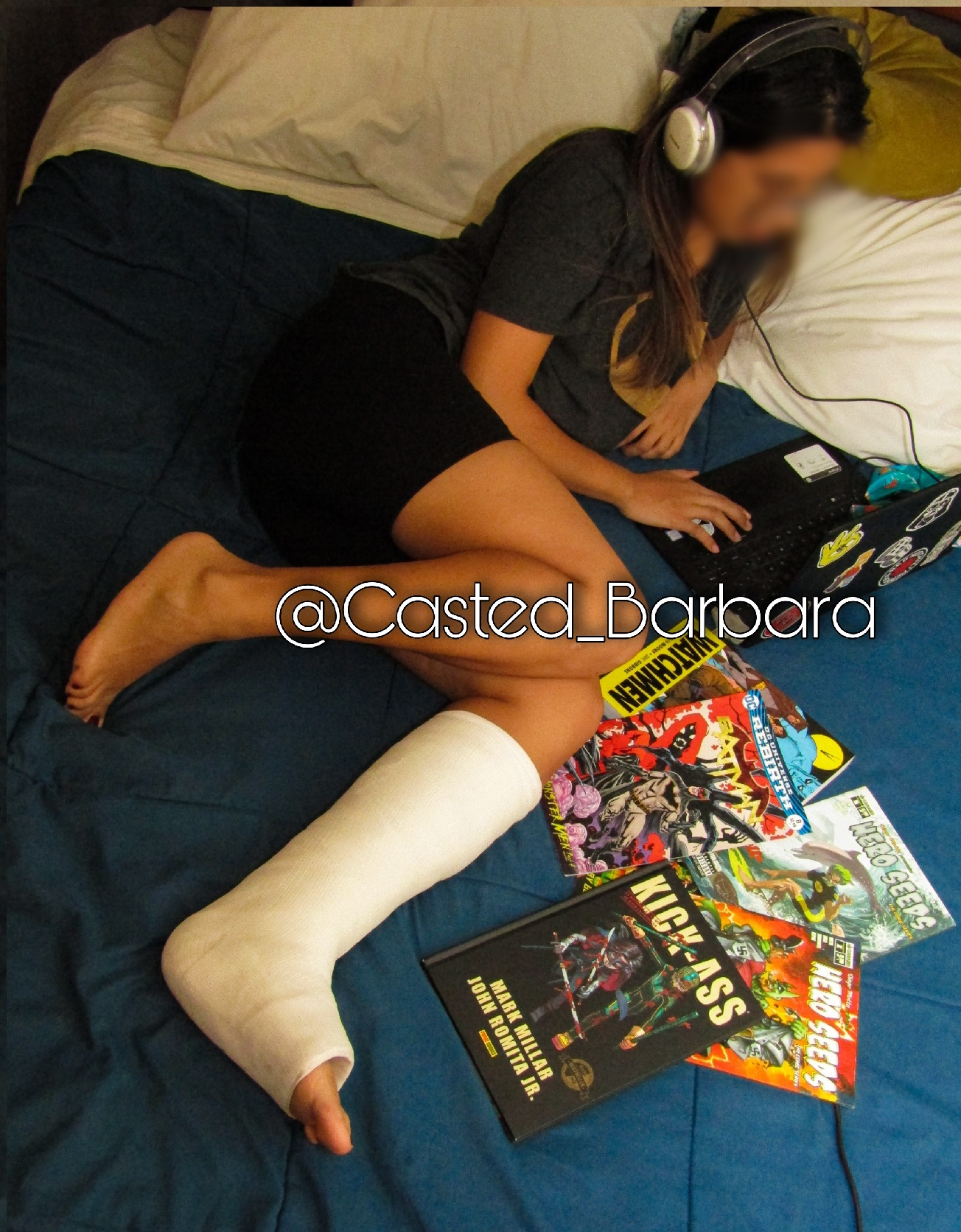 I can't do much with my casted leg so i stayed in my bed reading and enjoing my comic books.